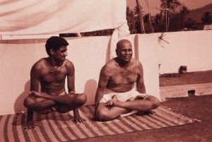 Guruji-and-Sharath-Utpluthih-Tolasana