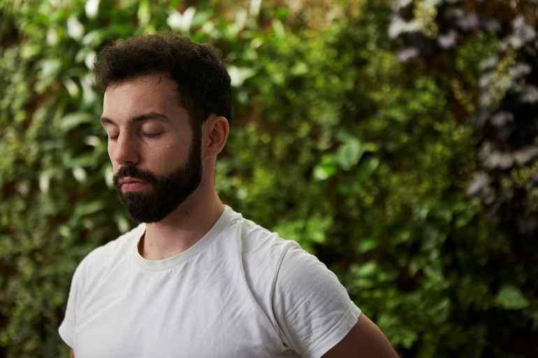 un élève devant le mur végétale durant le cours