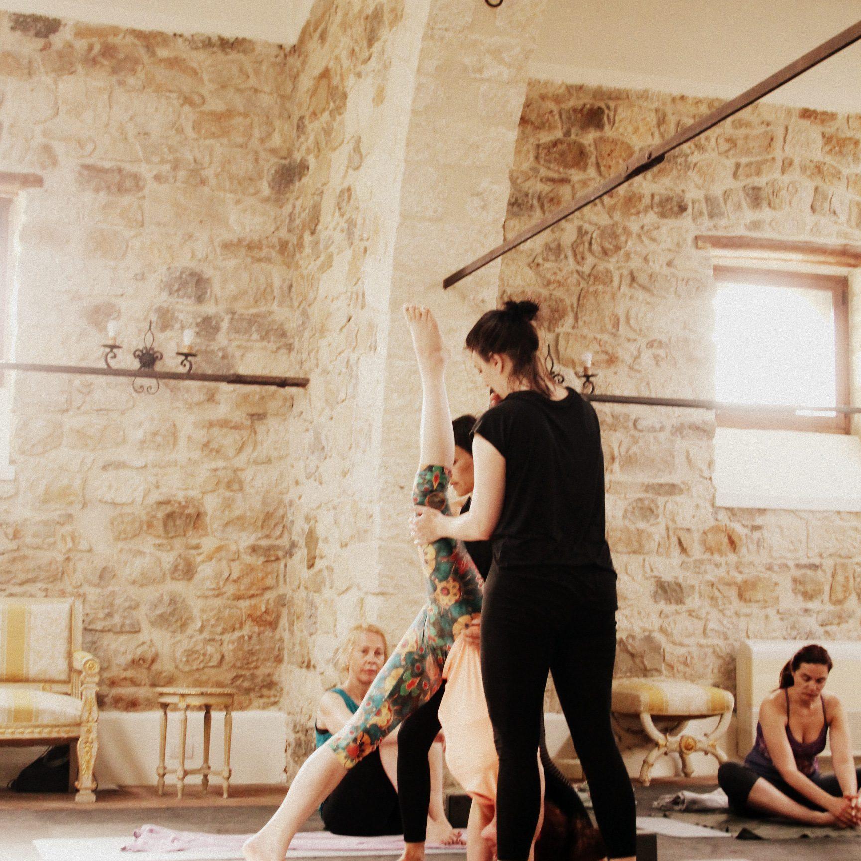 ANMELDUNG zu Yogakursen im Herbst, Sicilian Spirit, Hands On Assist Headstand, Yogaurlaub 2021