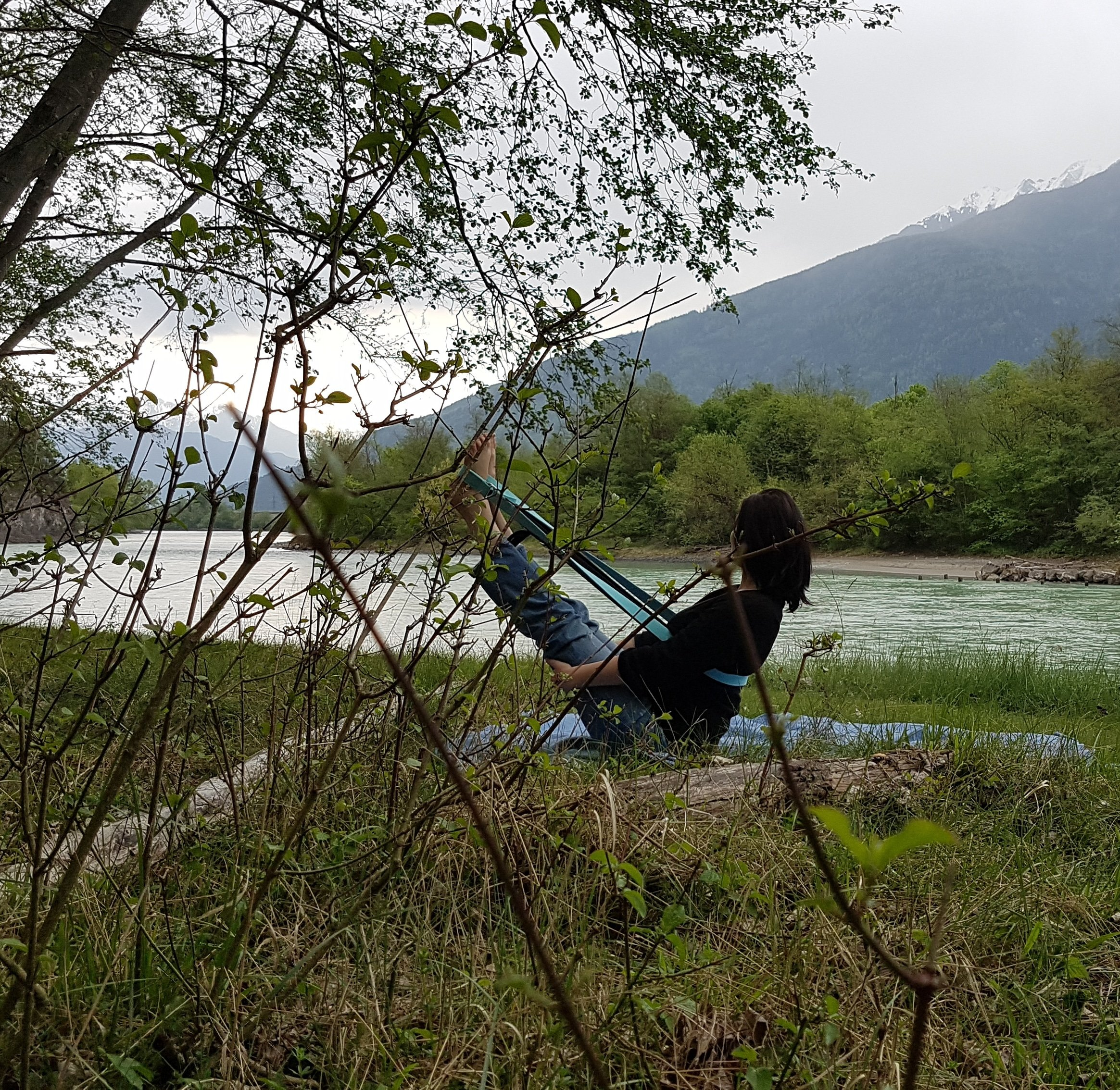 Nathalie Hosp Yoga, Navasana with a strap at the river, Aparigraha, the principle of contentment, Yogaeinzelstunden