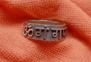Серебрянное кольцо с мантрой