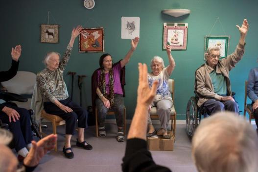 Cours de yoga sur chaise en EHPAD