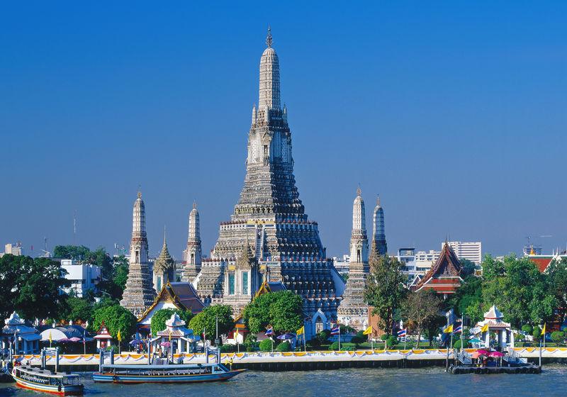 Tempel der Morgenröte Wat Arun am Menam Chao Phraya Fluss in Bangkok, Thailand