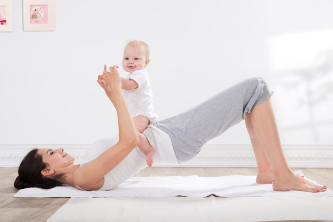 mother and baby gymnastics: postnatale yoga bij YogaVé in Deinze