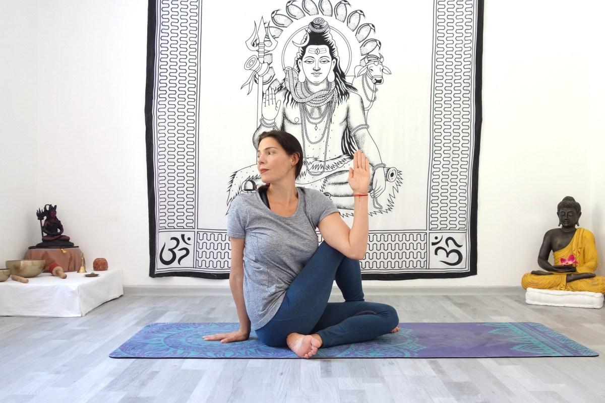 ardha_matsyendrasana_yoga_fuer_das_immunsystem_yog_temple_yoga_in_österreich
