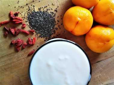 Iogurte com pêssego, bagas goji e sementes de chia