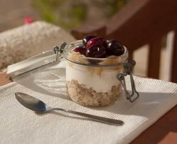 Overnight de aveia, iogurte e fruta da época