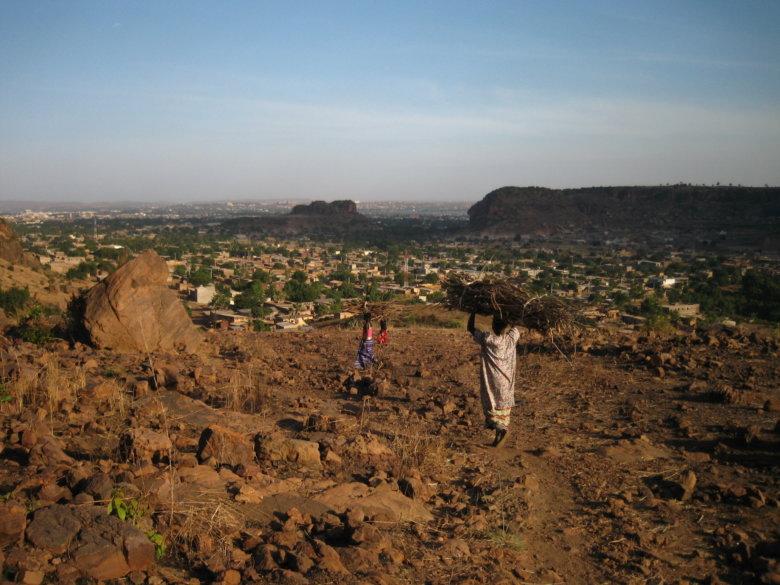 雄大な景色だ、一面に広がるバマコの街。山を登っていると、頭に薪を載せて歩く女性たちとよくすれ違った。
