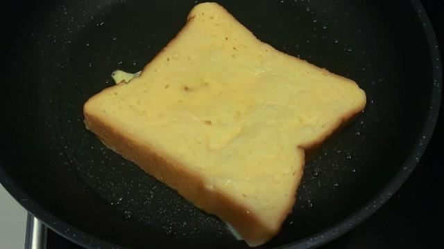 フレンチトーストをフライパンで焼く写真