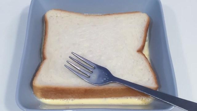 食パンを乳液につける写真