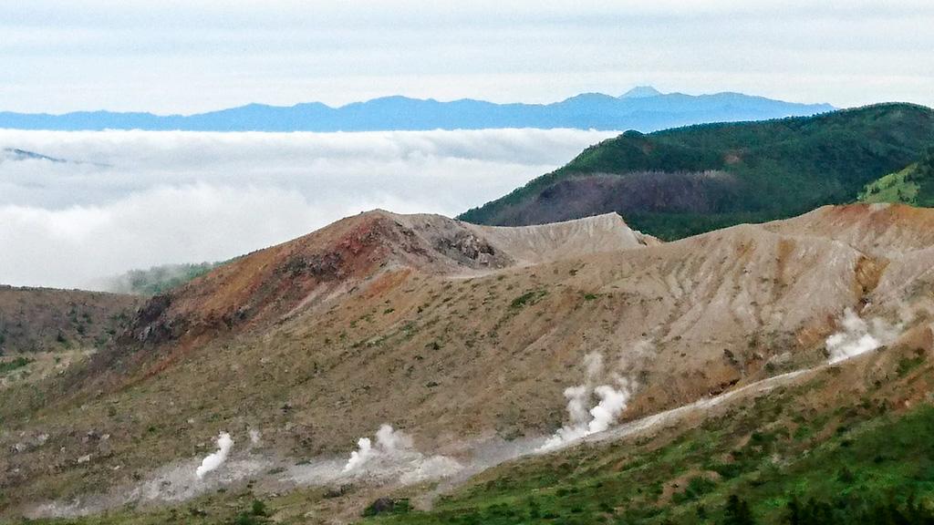 日本国道最高地点からの草津白根山。雲海の向こうには富士山が