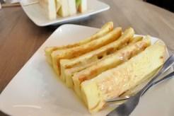 フレンチトーストは間にチーズがサンド。コンデンスミルクの甘さとのバランスが最高。