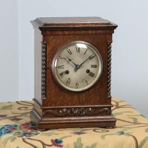 "Antique 11½"" English George V Oak Round Dial Mantel Clock (Chiming / Striker) - yolagray.com"
