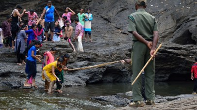 People trying to cross the water body with the help of chunni
