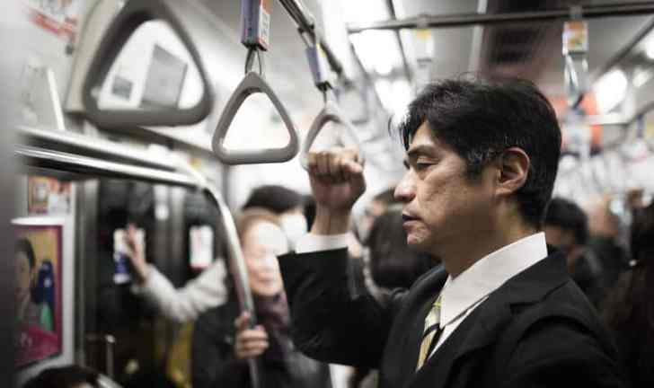 通勤時間で疲れるおじさん