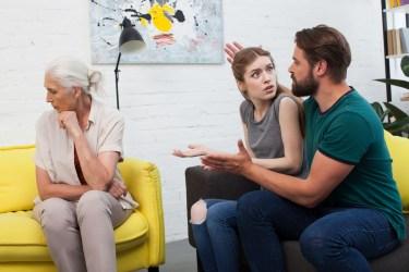 姑との同居で無視しているという人はいます。姑への対処法とは