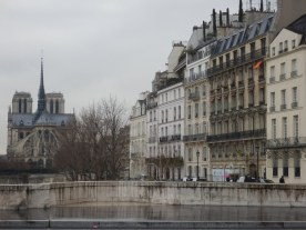 La catedral de Notre-Dame, vista pasando por el Puente de la Tournelle