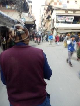 El hombre del rickshaw pedaleando por las calles de Thamel