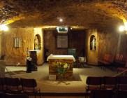 Interior cavernoso de una iglesia subterránea; por supuesto, excavada en forma de cruz