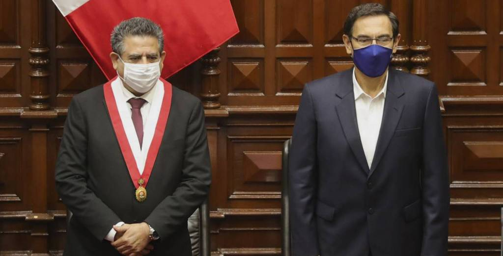 Ell expresidente de Perú, Martín Vizcarra, a la derecha, junto al expresidente interino, Manuel Merino