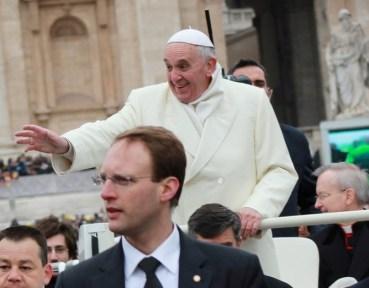 Papa Francisco se protege del frio_Audiencia General_27112013