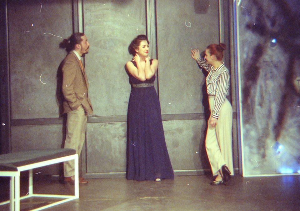 Paul Radu (Garcin), Bianca Cuculici (Estelle) și Oana Predescu (Ines)