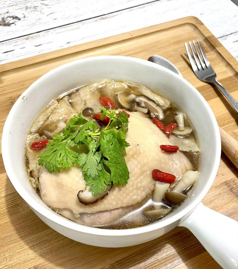 Herbal Chicken Soup with Mushroom