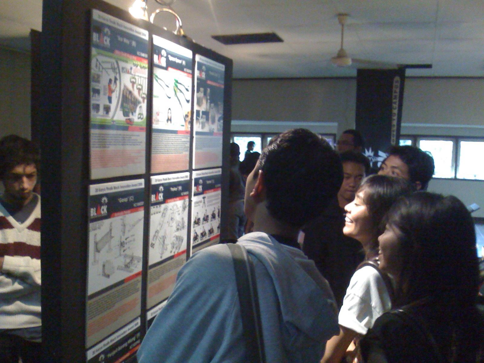 para calon innovator BIA 2009 sedang melihat karya finalis 2008