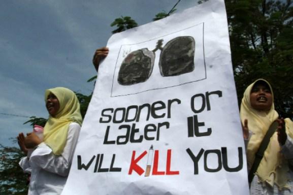 Demonstrasi mahasiswa dalam upaya menyelamatkan bangsa dari rokok