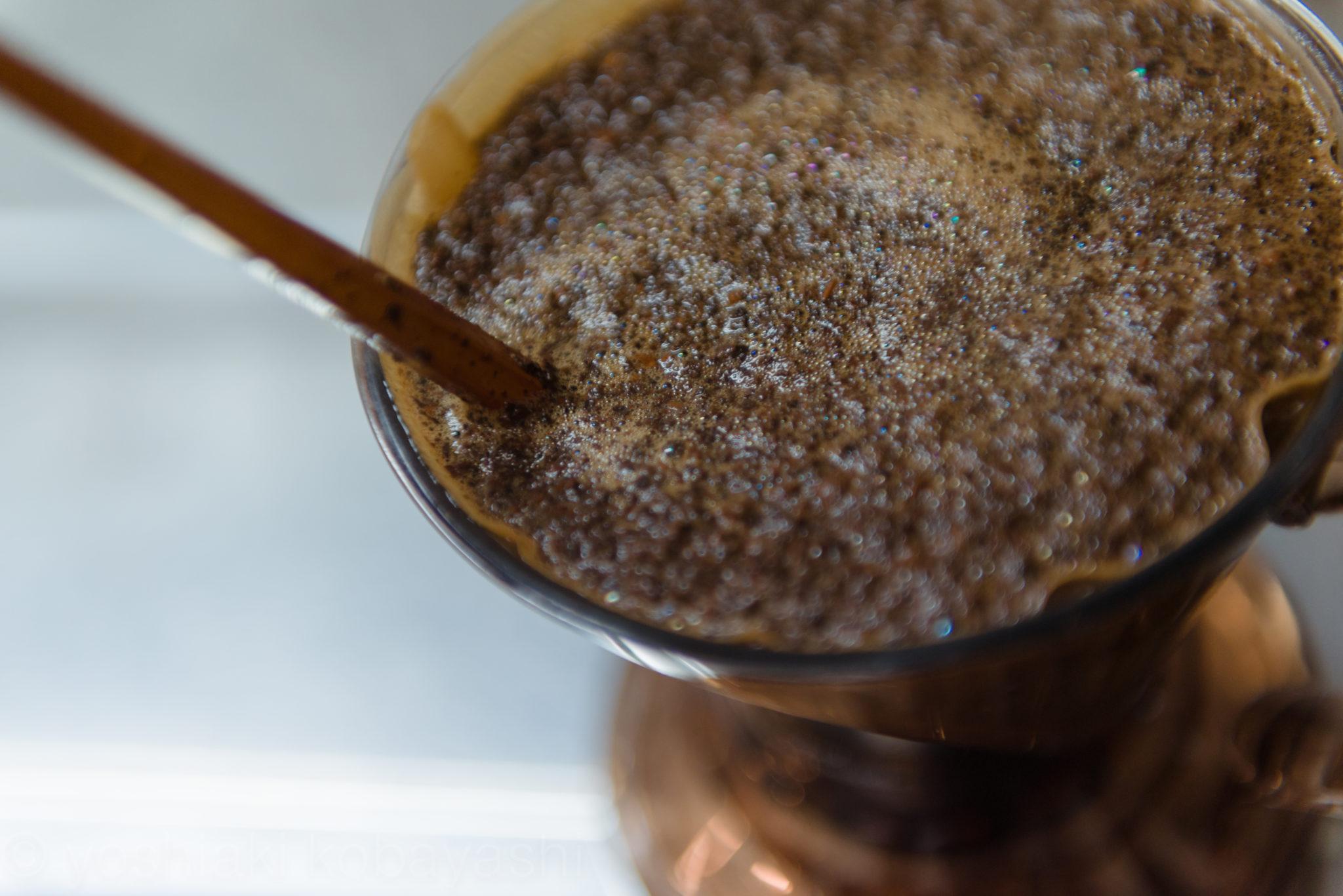 コーヒーを優しく撹拌します
