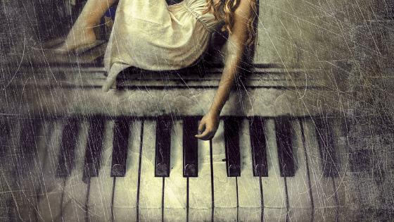 ちょっと汚れているピアノと女の子