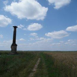 Samotna kolumna postawiona ok 300 lat temu w miejscu samobójczej śmierci ostatniego z rodu Denhoffów