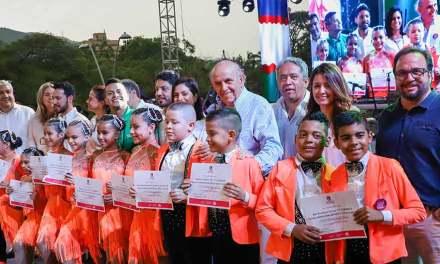 Mil niños de 55 escuelas de baile fueron exaltados por el alcalde Armitage