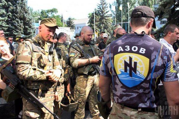 Боевики так называемого гражданского корпуса «Азов» проводят акцию под стенами здания Службы безопасности Украины в Киеве на улице Владимирской