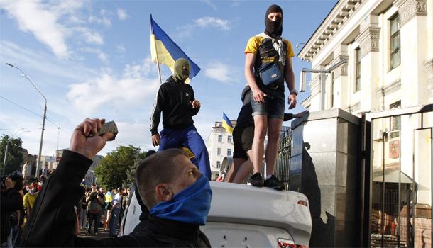В Киеве штурмуют посольство России(Видео)