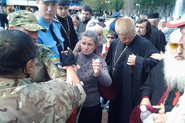 Группа бандеровцев на 9 мая накинулась на священника который одел георгиевскую ленточку.....