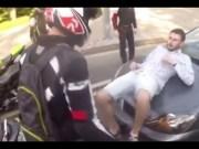 В Майями байкер избил пьяных хулиганов (Видео)
