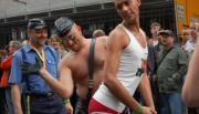 Европейский позор : Гомосексуалисты ходят голыми по улице (Видео)