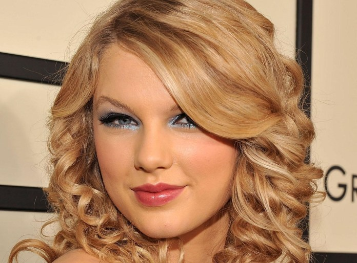 taylor-swift WITH MAKEUP BEAUTIFUL WALLPAPER