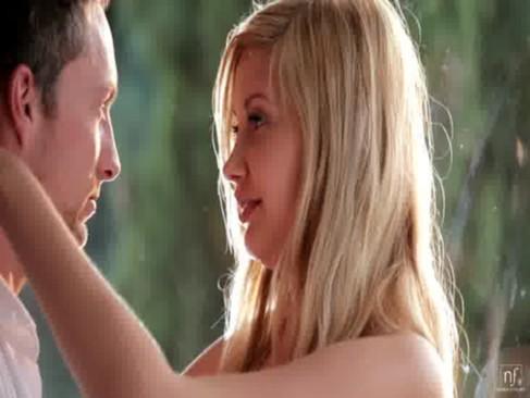 タトゥーと金髪が魅力的な美人お姉さんがハードファックで大興奮!自らアナルに指を挿入しちゃう真性痴女の洋物動画
