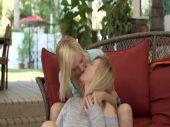 巨乳な金髪白人美女が笑顔でレズプレイを愉しみパイパンおまんこを弄り合う洋物動画無料