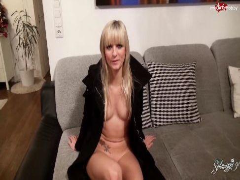 ロシア系金髪美女が全裸にトレンチコート姿でパイパンおまんこを弄りオナニーする洋物動画無料