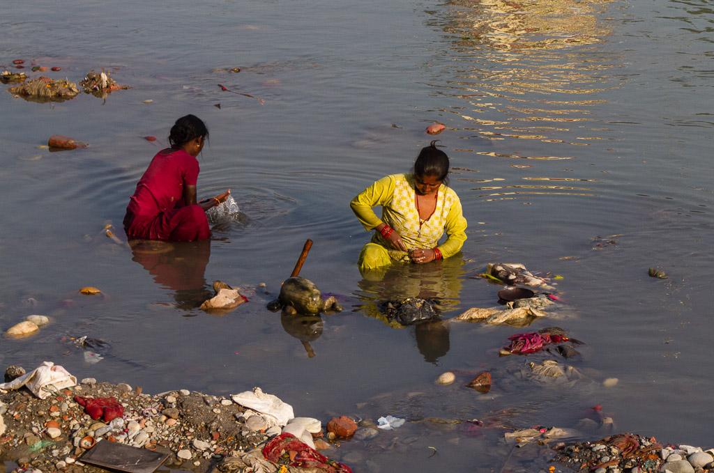 Looking for coins in the Ganges