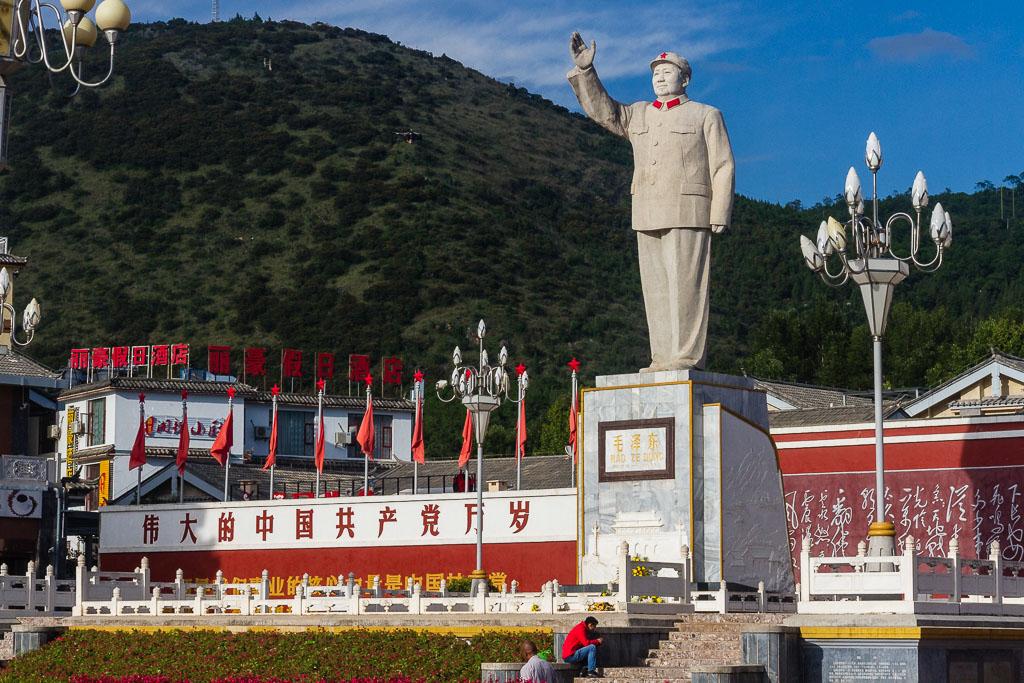 A statue of Mao Zedong