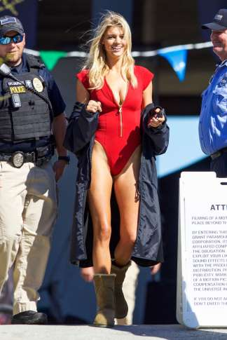 Kelly-Rohrbach-on-the-set-of-Baywatch--08