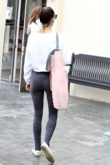 Alessandra-Ambrosio-in-Tights-at-yoga-session--02-662x993