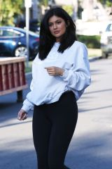 kylie-jenner-out-and-about-in-van-nuys-06-07-2016_4