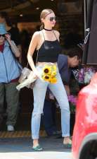 Miranda-Kerr-in-Jeans-at-Whole-Foods--17