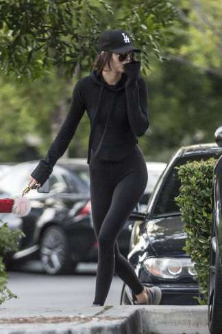kendall-jenner-in-tights-shopping-03