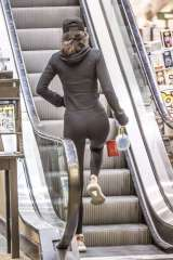 kendall-jenner-in-tights-shopping-04